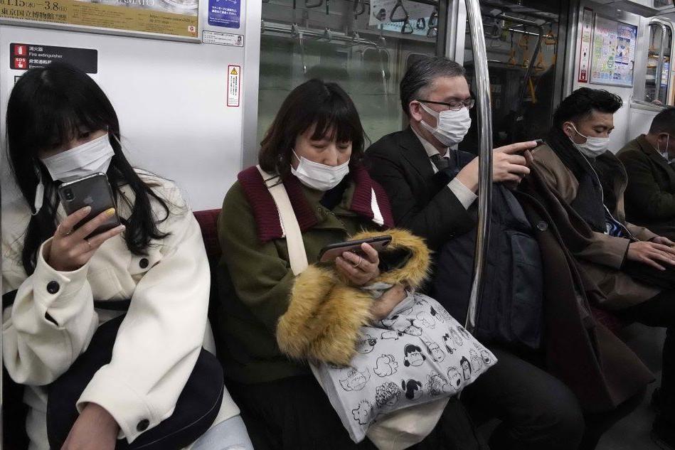 Sui mezzi pubblici con le mascherine (Ansa - Robichon)