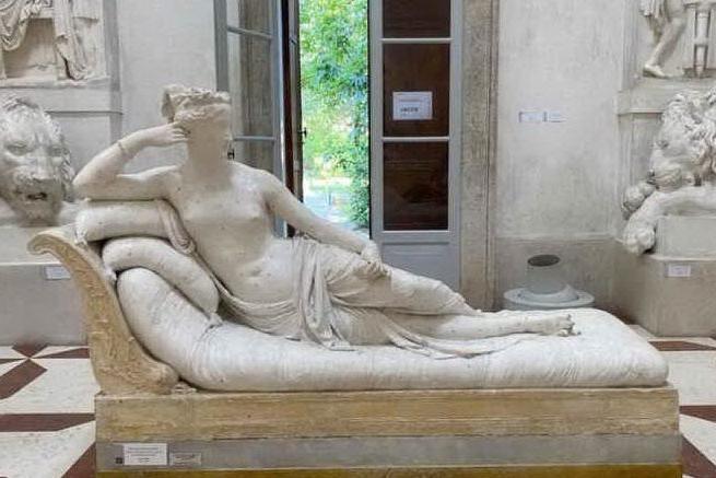 """Danneggia statua di Canova per farsi un selfie, identificato: """"Pagherò i danni"""""""