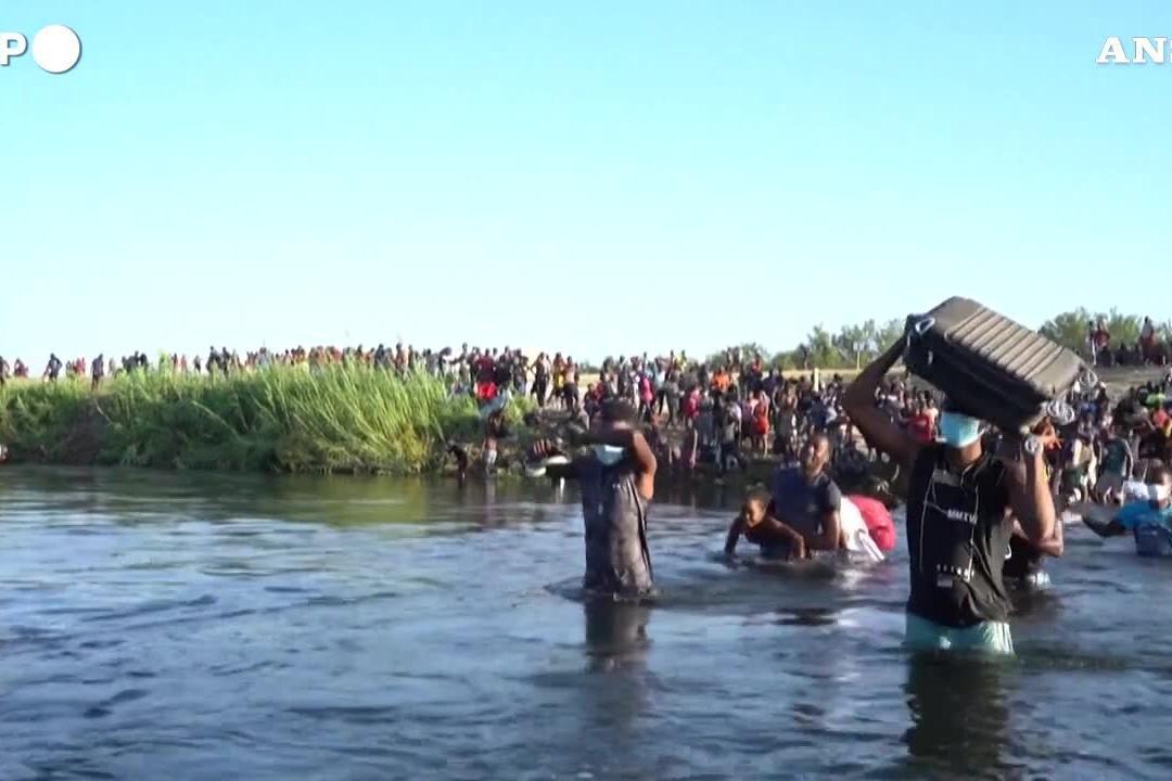 """Migranti maltrattati al confine col Messico: """"Ci trattano come cani"""""""