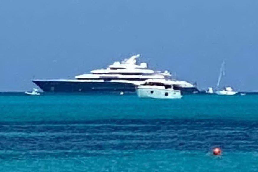 Stintino, avvistato il mega-yacht di Bernard Arnault