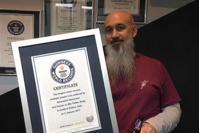 Fiumi di inchiostro: al lavoro per oltre 57 ore, tatuatore stabilisce il nuovo record