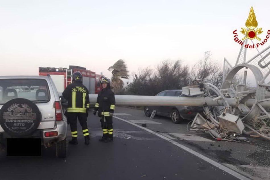 Il vento sferza la provincia di Cagliari: superlavoro per i vigili del fuoco