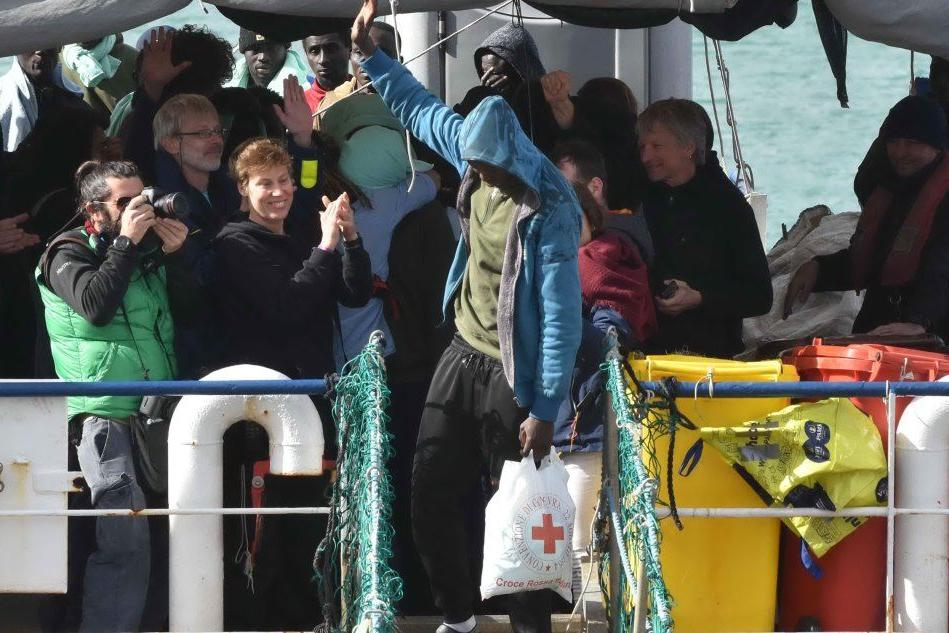 Sea Watch, applausi e abbracci tra i migranti
