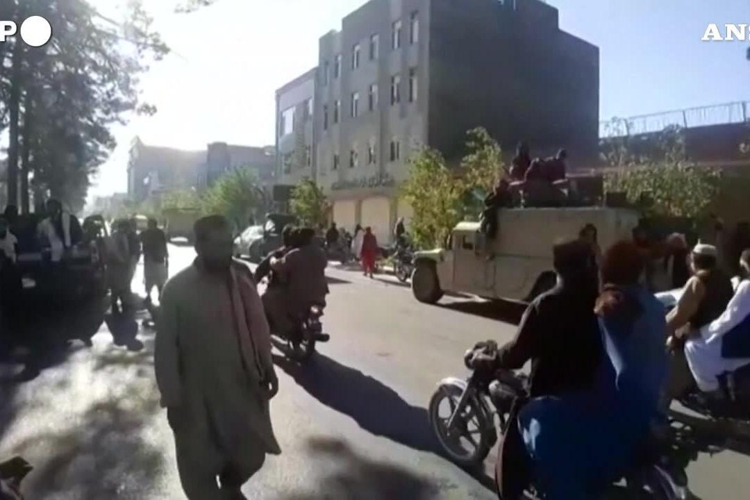 Orrore a Herat, i talebani impiccano quattro cadaveri in piazza