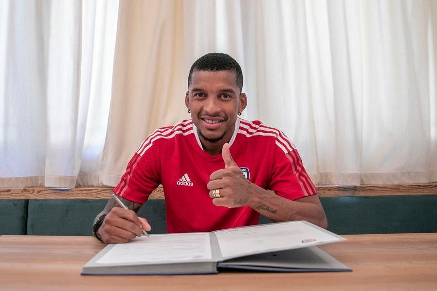 La firma di Dalbert (foto Twitter-Cagliari Calcio)