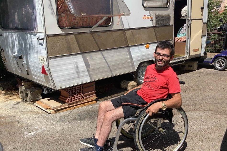 """Cagliari, disabile vive in una roulotte: """"Aiutatemi a trovare una casa"""""""