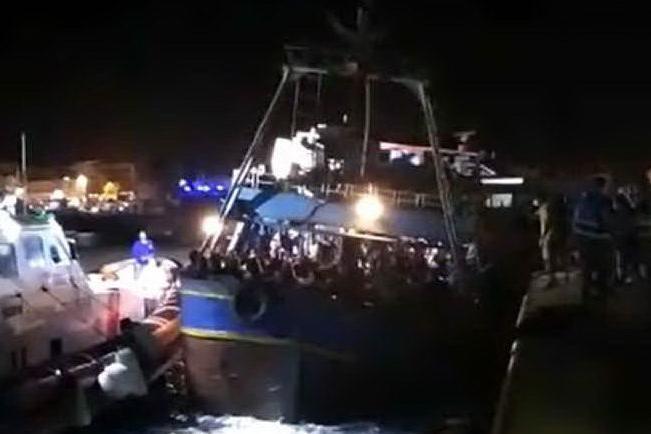 Lampedusa, in porto un barcone con a bordo 450 migranti