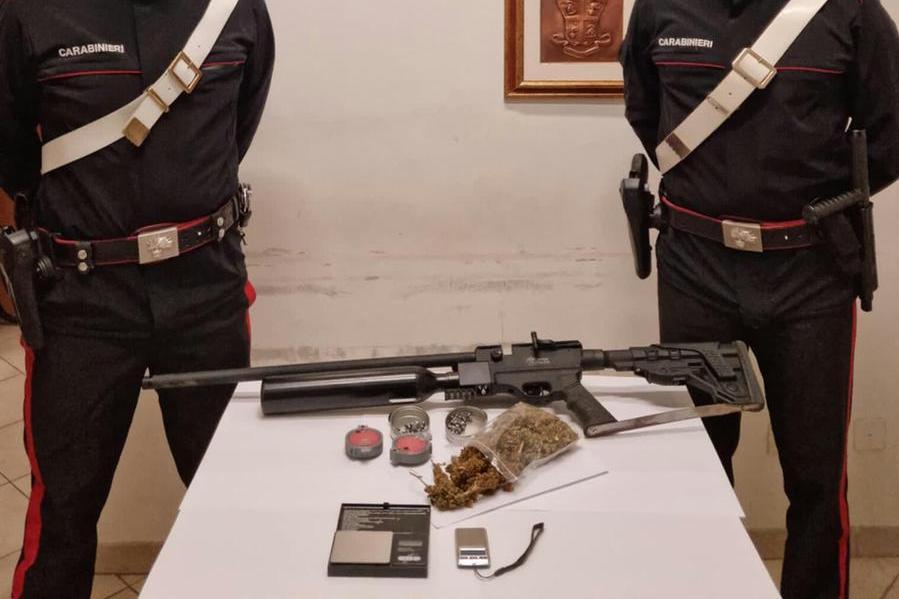 Il padre ha un fucile, il figlio la droga: Sestu, entrambi nei guai