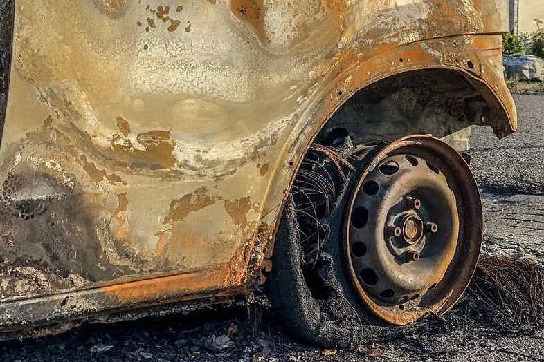 Macabra scoperta: uomo trovato carbonizzato all'interno di un'auto