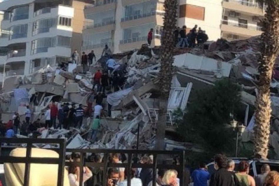 Terremoto nell'Egeo: edifici crollati e tsunami, ci sono morti e feriti