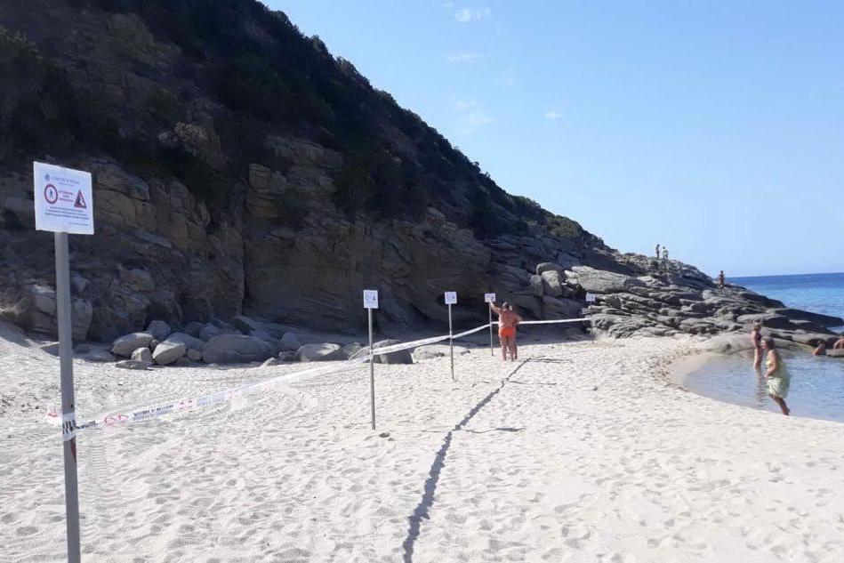 Pericolo frane, il sindaco chiude un tratto della spiaggia di Solanas