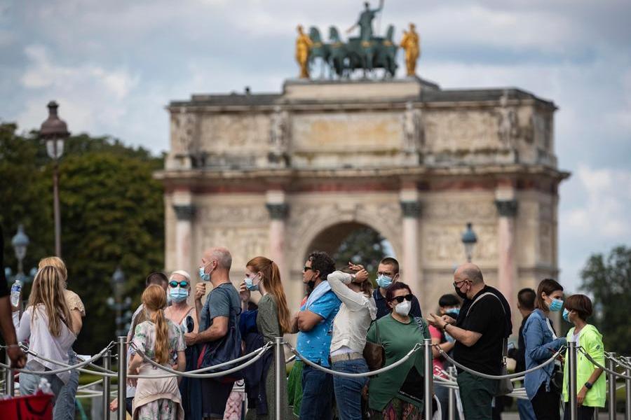 Turisti a Parigi (Ansa-Epa)