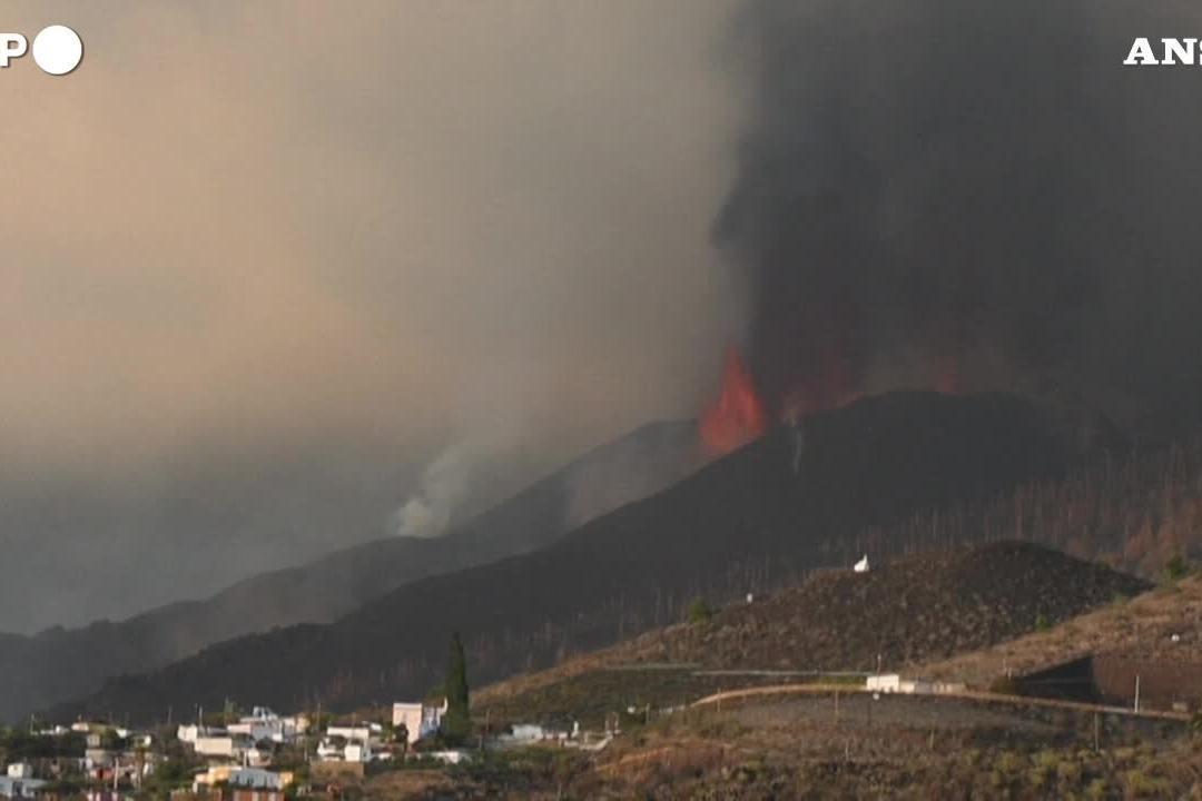 Canarie, continua l'attività vulcanica del Cumbre Vieja: chiuso l'aeroporto