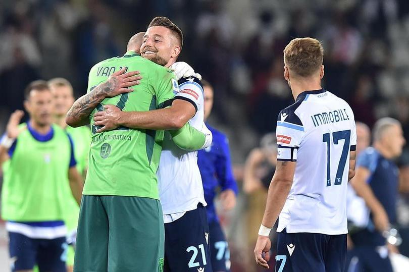 Serie A: il derby di Roma va alla Lazio, ok Juve e Milan, pari tra Inter e Atalanta