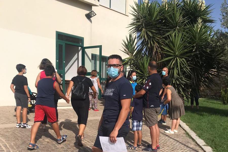 In fila per il tampone al Comune di Settimo (foto Serreli)