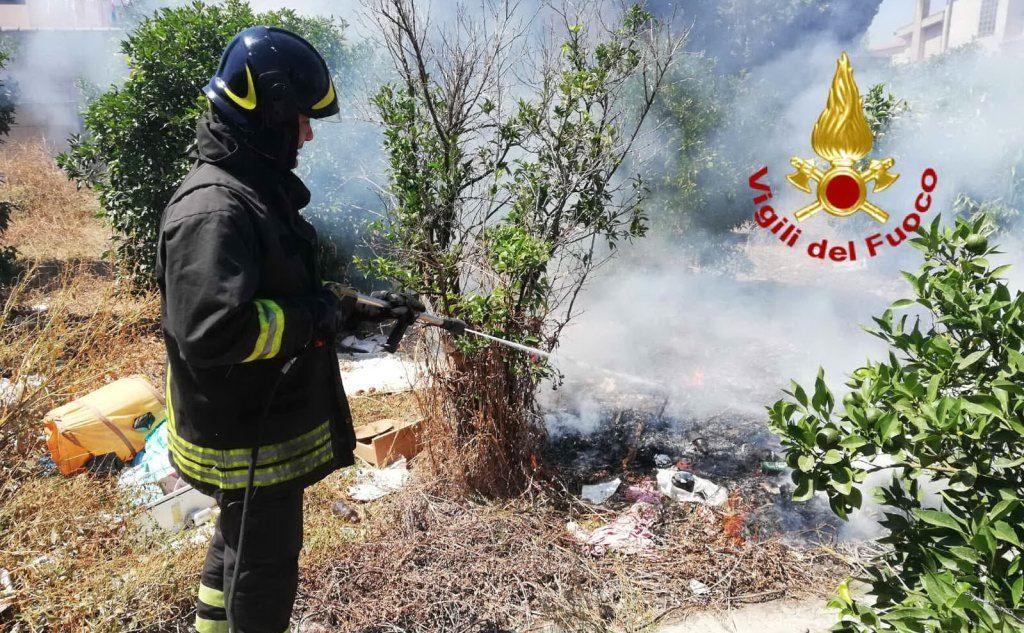 Cumuli di rifiuti in fumo a Pirri