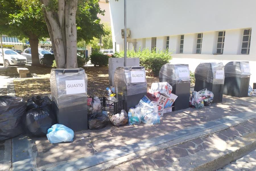 Carbonia, fuori uso l'isola ecologica di piazza Matteotti: cataste di rifiuti