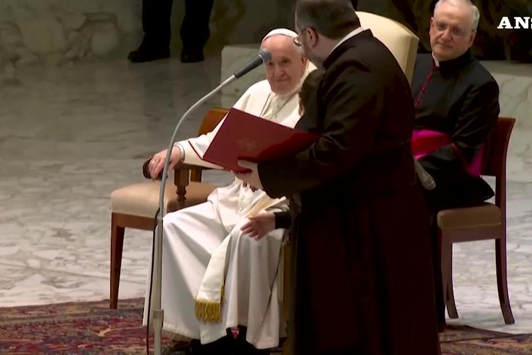 Vaticano, bimbo sale sul palco durante l'udienza generale: il Papa gli dà una sedia