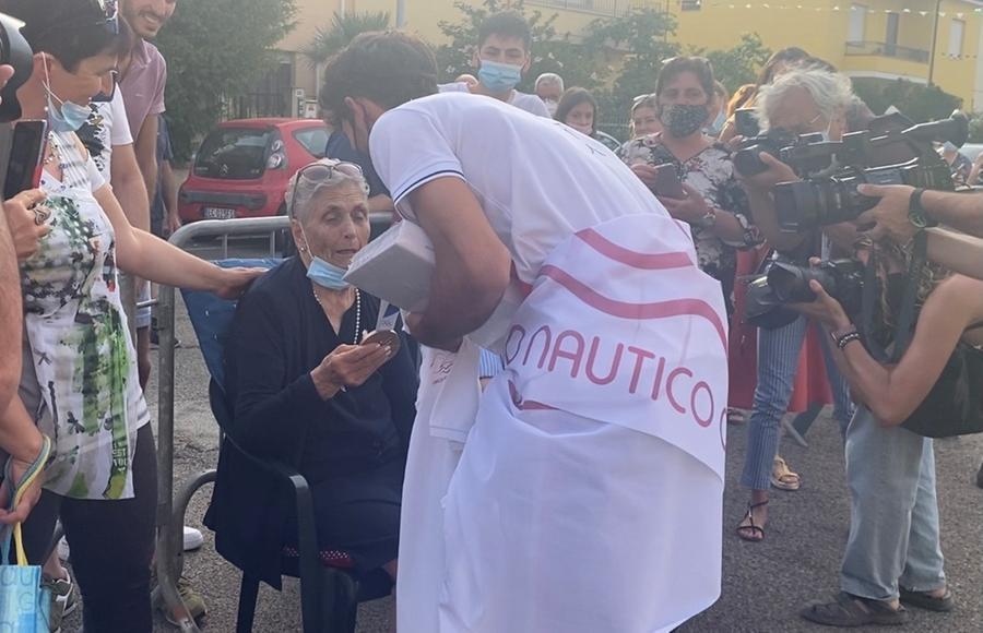 L'abbraccio di Stefano Oppo alla nonna