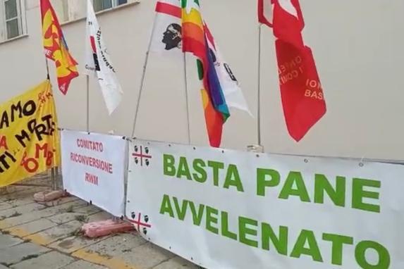 """Cagliari, sit in di ambientalisti e pacifisti in Prefettura: """"Chiudete la Rwm"""""""