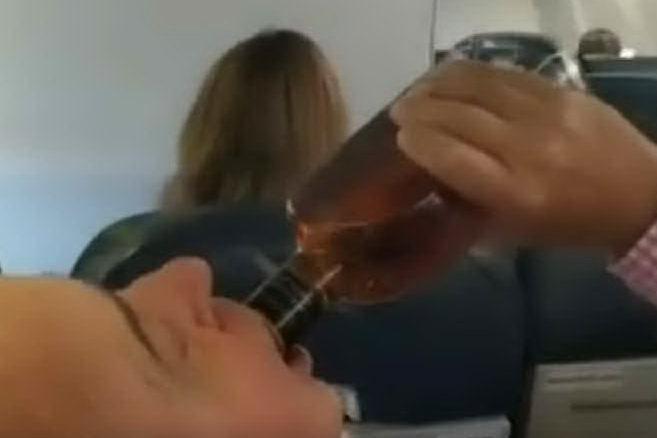 Guasto al motore durante il volo: i passeggeri pregano, tranne due...