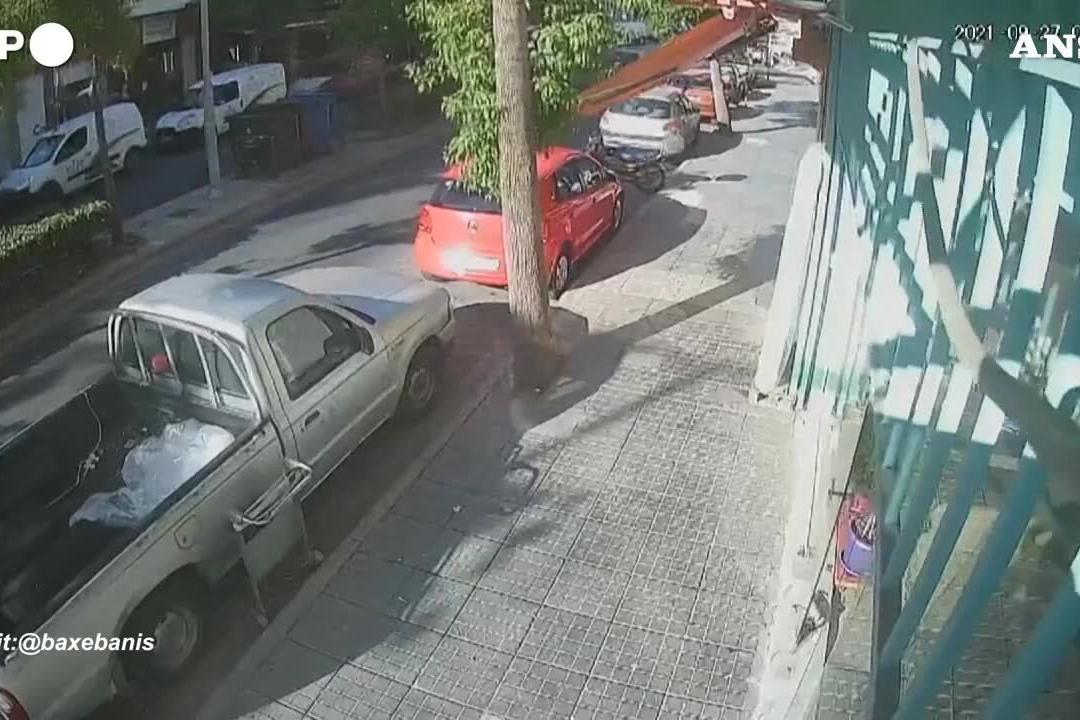 Grecia, la violenta scossa di terremoto dalle telecamere di sicurezza dell'hotel