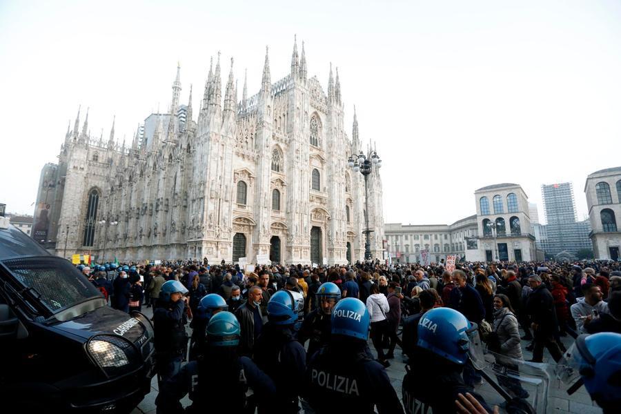 Cori fascisti al corteo anti-Green pass: nove denunciati