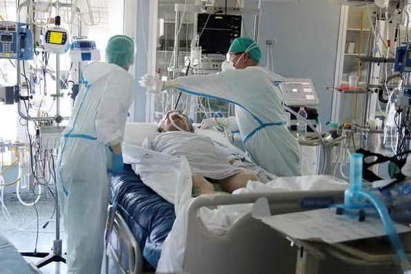 Paziente Covid si strappa il tubo dell'ossigeno, cade dal letto e muore: medici indagati