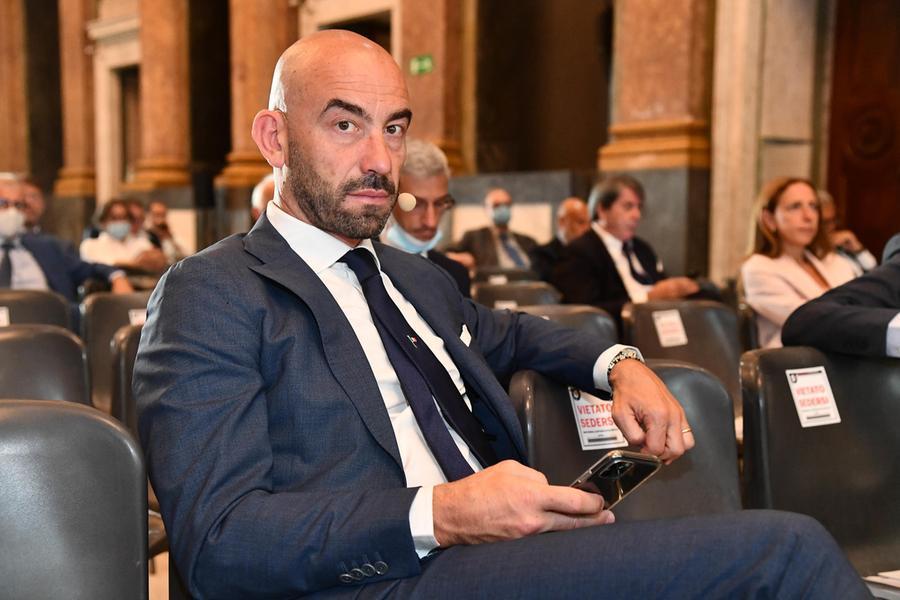 Intimidazioni all'infettivologo Bassetti, denunciate otto persone