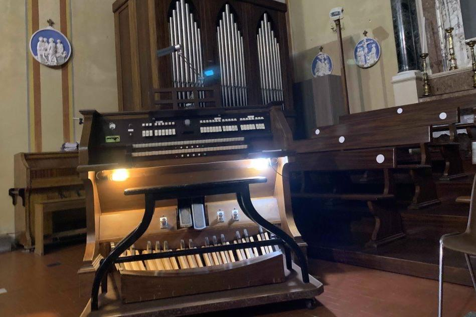 Cabras, dopo il restauro torna a suonare il vecchio organo Balbiani