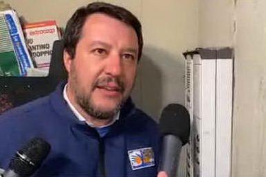 """""""Scusi, lei spaccia?"""": la """"citofonata"""" di Salvini finisce in tribunale"""