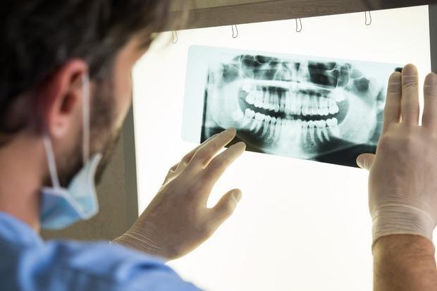 Sospeso perché non vaccinato, continuava a lavorare: denunciato un dentista