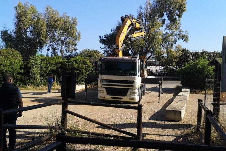 Operai al lavoro nel parcheggio di Punta Giglio (foto Fiori)