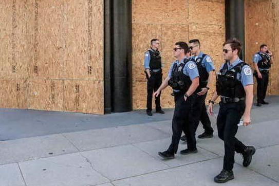 Spara ai passanti per strada e nei negozi: tre morti e diversi feriti