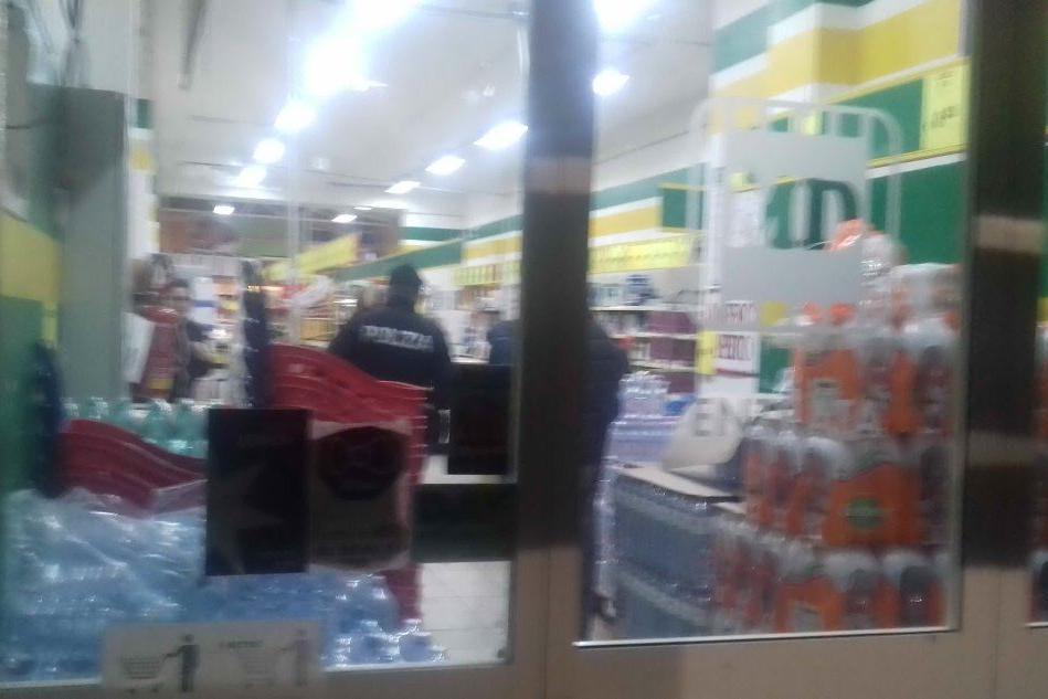 Carbonia, rapinatore armato in azione al market di via Sapri