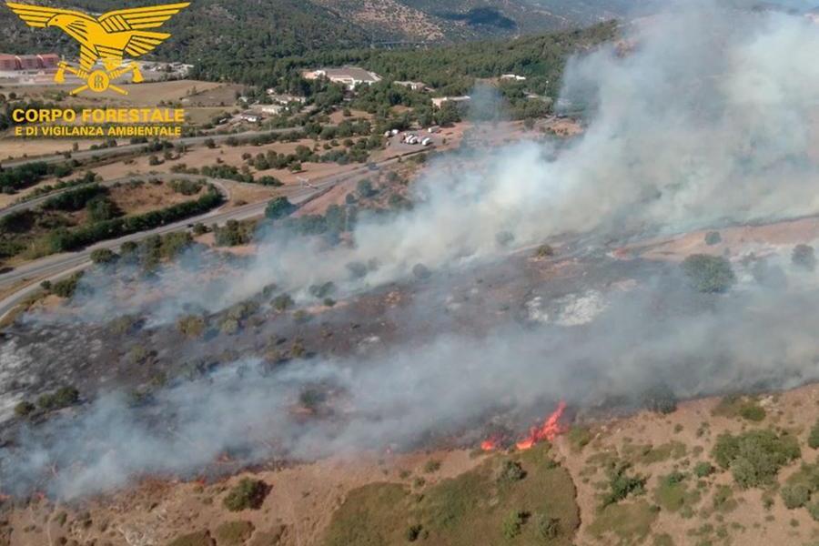 Un recente incendio a Nuoro (foto corpo forestale)