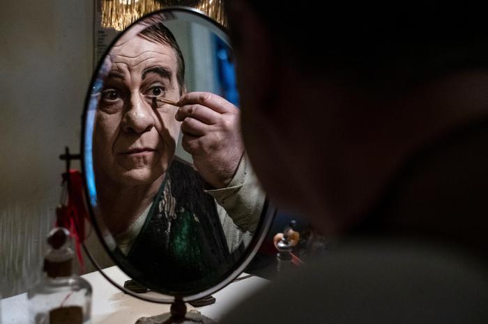 """Toni Servillo in \""""Qui rido io\"""" di Mario Martone (Ansa)"""