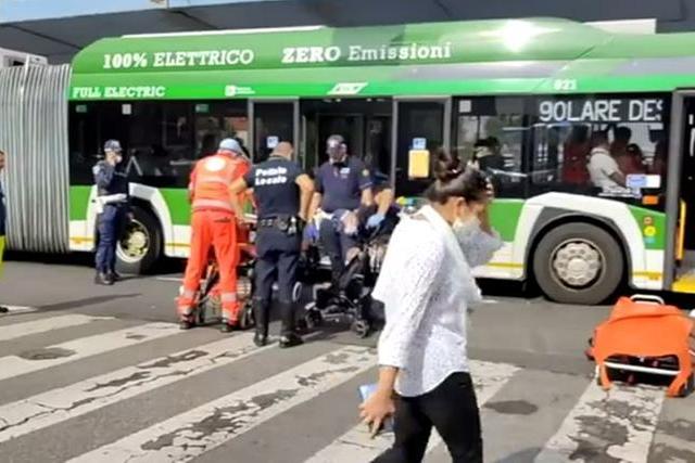 Bus contro auto a Milano, ventidue persone in ospedale