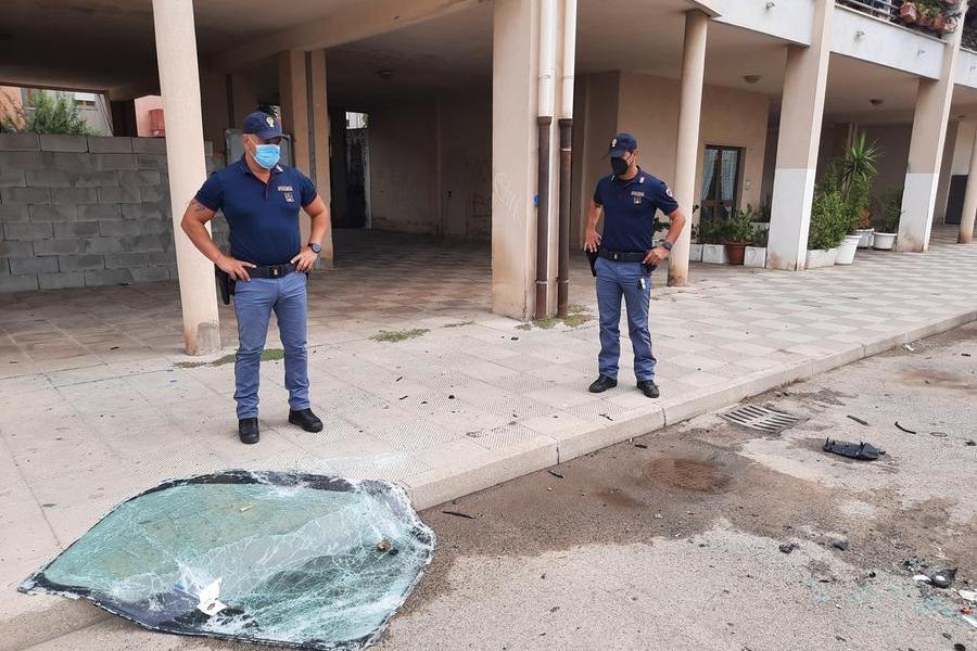 La polizia in via Utzeri, dove è avvenuto l'attentato (foto Vercelli)