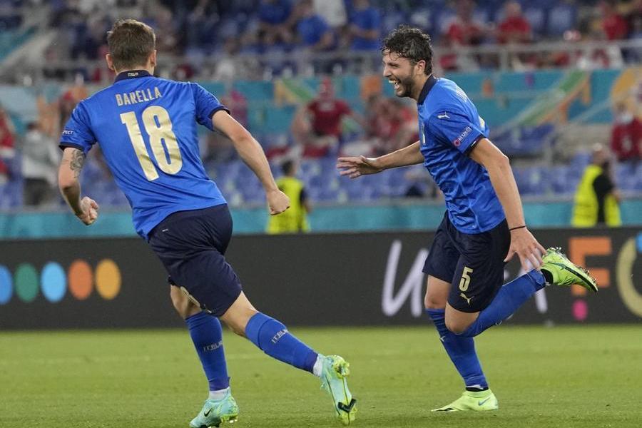 Manuel Locatelli festeggiato da Nicolò Barella dopo il secondo gol azzurro (Ansa)