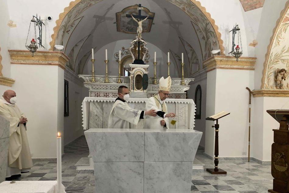 Triei, dopo il restauro riapre la chiesa: il vescovo presiede i riti