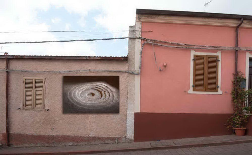Gigantografie Domus de janas di Putifigari esposte sulle pareti delle abitazioni (foto concessa dall'Amministrazione comunale)