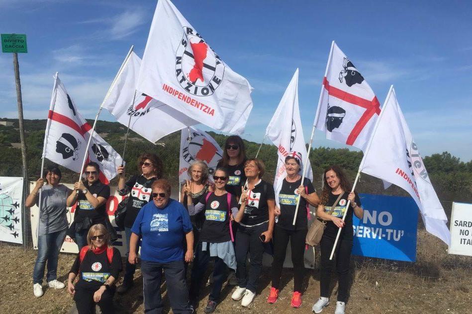 Capo Frasca, va in scena la protesta degli anti-militaristi