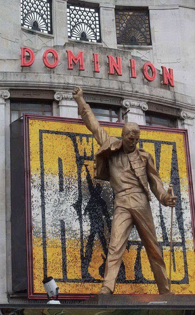 La sua statua davanti al Dominion Theathre di Londra (tutte le foto sono Wikipedia)
