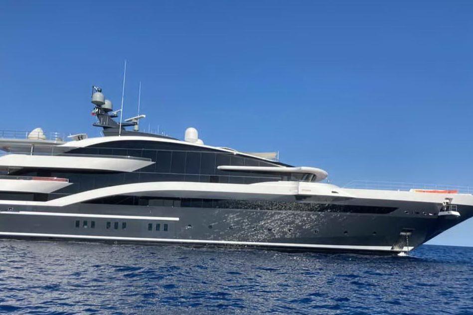 """""""Dar"""", il mega yacht da 90 metri, nel golfo della Torre"""