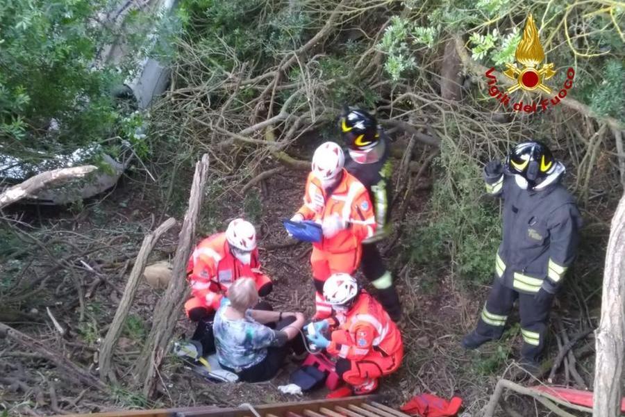 Incidente stradale a Carbonia, donna finisce in un dirupo