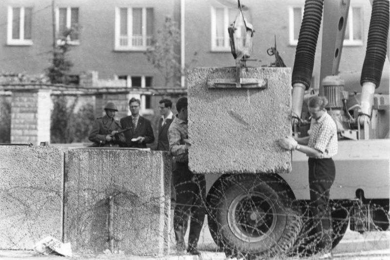 Sessant'anni fa il Muro di Berlino: quella fuga avventurosa nel tunnel creato da due ingegneri italiani