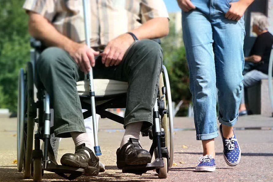 Badante picchia disabile e la madre (e si fa intestare tutta l'eredità)
