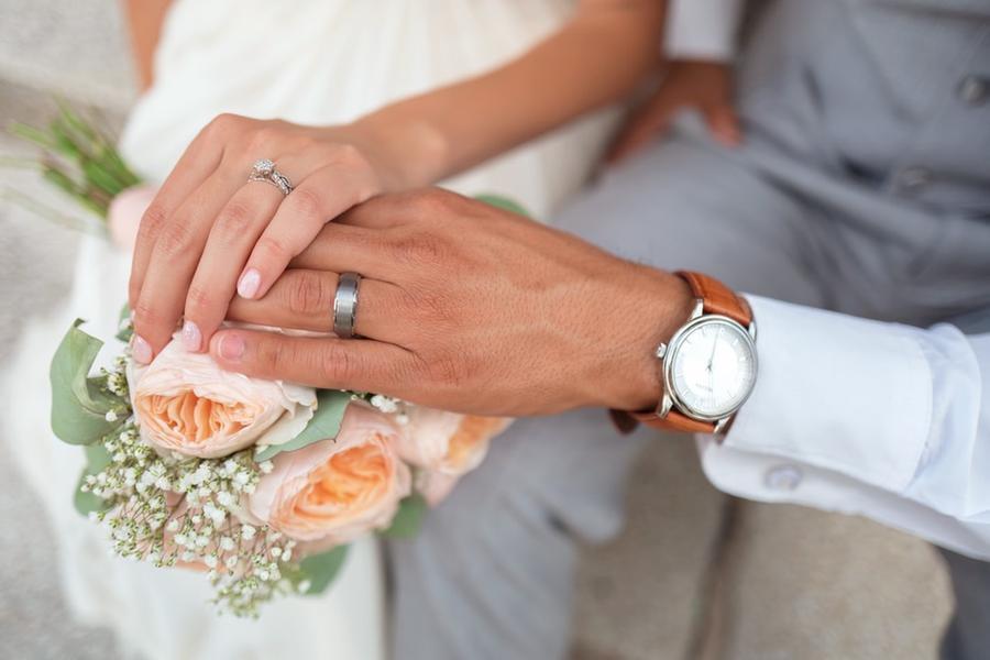 Il testimone molesta la sposa durante la festa. Poi scoppia la rissa