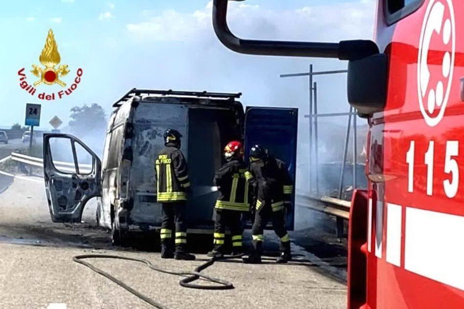 Furgone in fiamme sulla 131